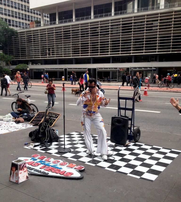 Performances na calçada ganham adereços e personagens famosos