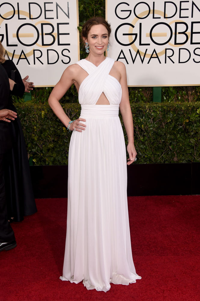 Emily Blunt com longo branco da grife Michael Kors