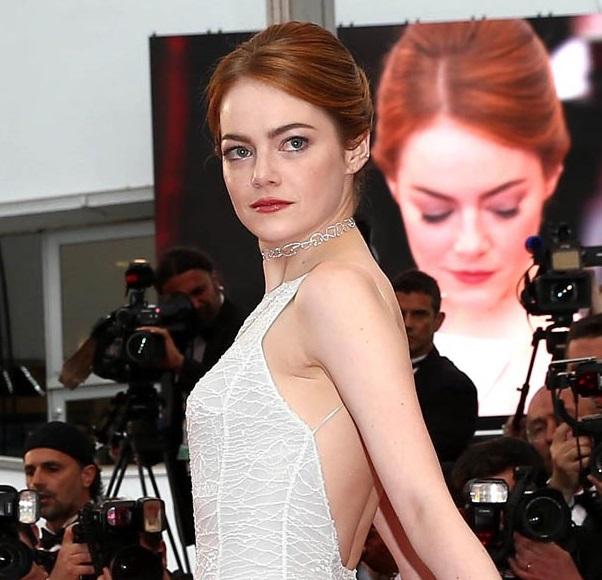 A atriz Emma Stone e sua gargantilha de ouro e diamantes