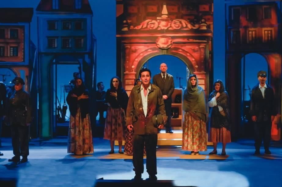Musical popular: Rafael Almeida em meio aos 26 atores e dez instrumentistas no palco