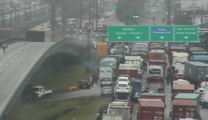 As principais vias de acesso à Santos estão alagadas, provocando congestionamento na entrada da cidade (Foto: Reprodução)