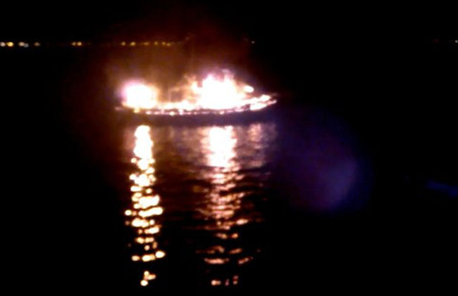 A embarcação naufragou após duas explosões (Reprodução/TV)