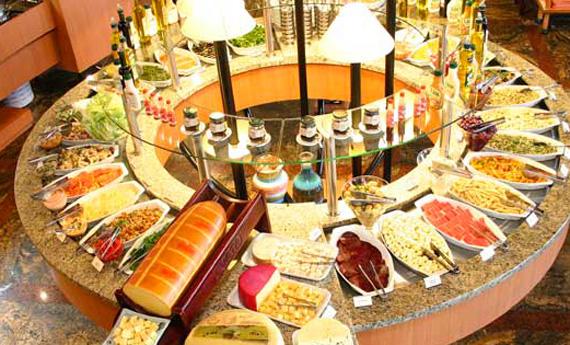 Bufê frio: saladas, queijos e especialidades japonesas