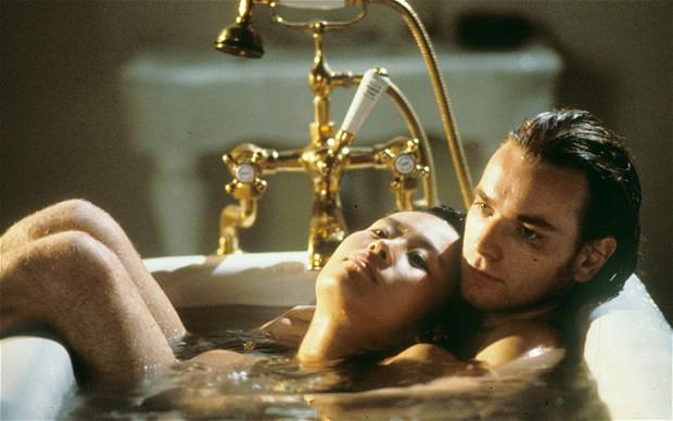 Ewan McGregor tem várias cenas peladão em O Livro de Cabeceira (1996)