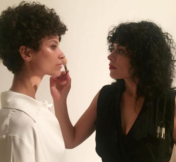 Em ação: Fabi maquia a modelo Ari West