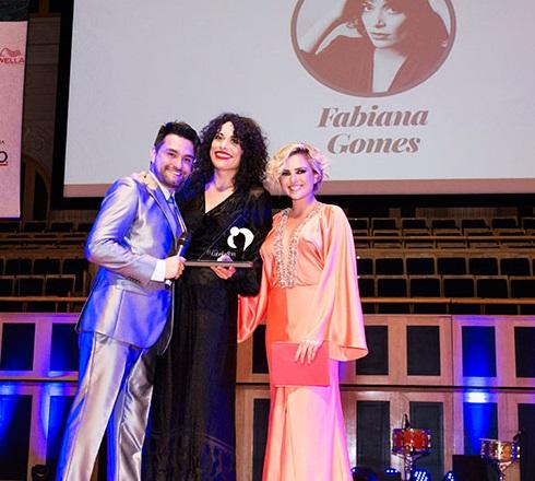 André Sartori (beauty artist e mestre de cerimônias), Fabiana Gomes (ganhadora da categoria Melhor Maquiador) e Nathália Rodrigues (atriz que entregou o prêmio)