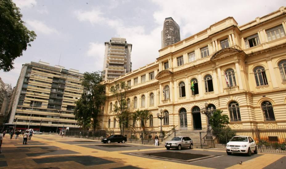 Fachada do Edifício Esther, à esquerda, e Caetano de Campos, à direita, na Praça da República