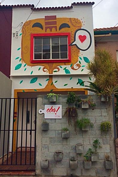 A fachada do imóvel: de dia, uma casa de saladas, de noite, uma hamburgueria (Foto: divulgação)