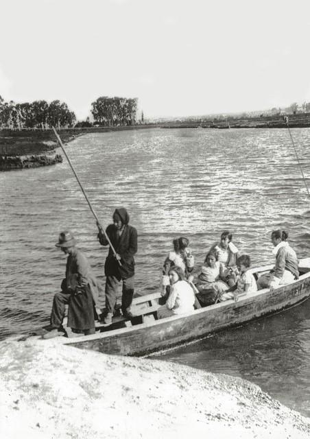 Família faz a travessia de barco, em 1937: o trajeto original era mais sinuoso (Foto: Reprodução)