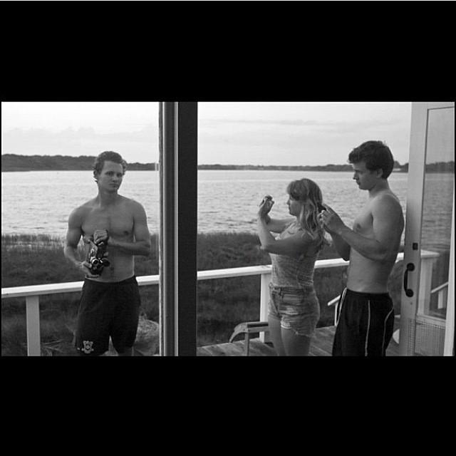 Um momento em família em imagem feita dois anos atrás. Ansel está com os irmãos