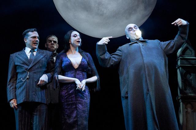 Gomez, Morticia e Fester, papéis de Daniel Boaventura, Marisa Orth e Claudio Galvan, no musical A Família Addams