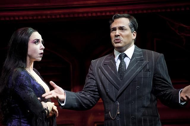 Gomes e Morticia, papeis de Marisa Orth e Daniel Boaventura, no musical A Família Addams