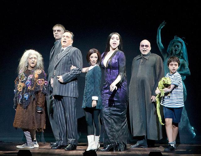 O elenco do musical A Família Addams