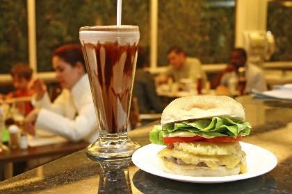 Hambúrger e milk-shake do restaurante Família Burger
