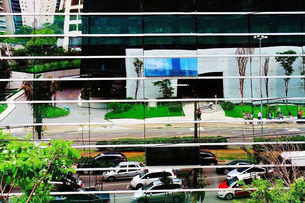 Moisaico urbano: a Avenida Faria Lima refletida na fachada espelhada de um edifício (Foto: IVAN DIAS)