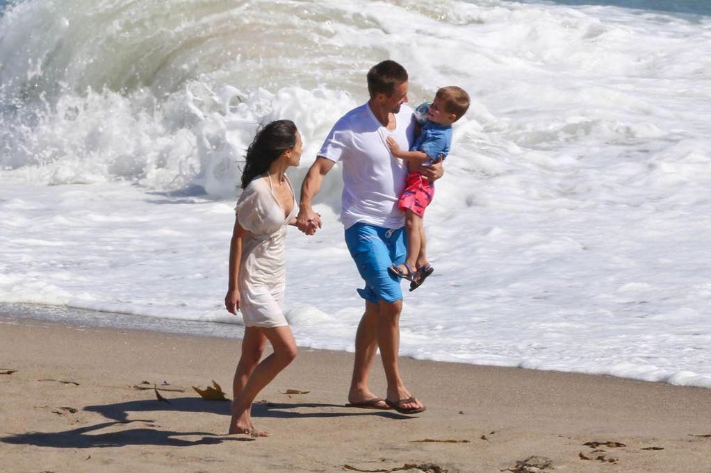 Na cena da praia, Caleb prestou uma homenagem ao irmão