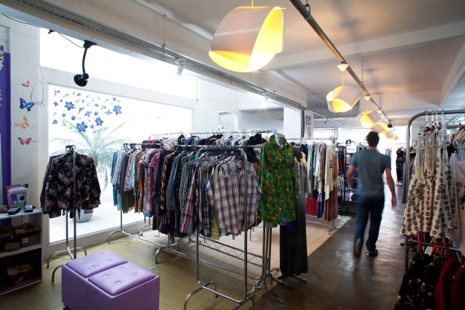 Moda, artigos vintage e acessórios estão à venda na feirinha popular