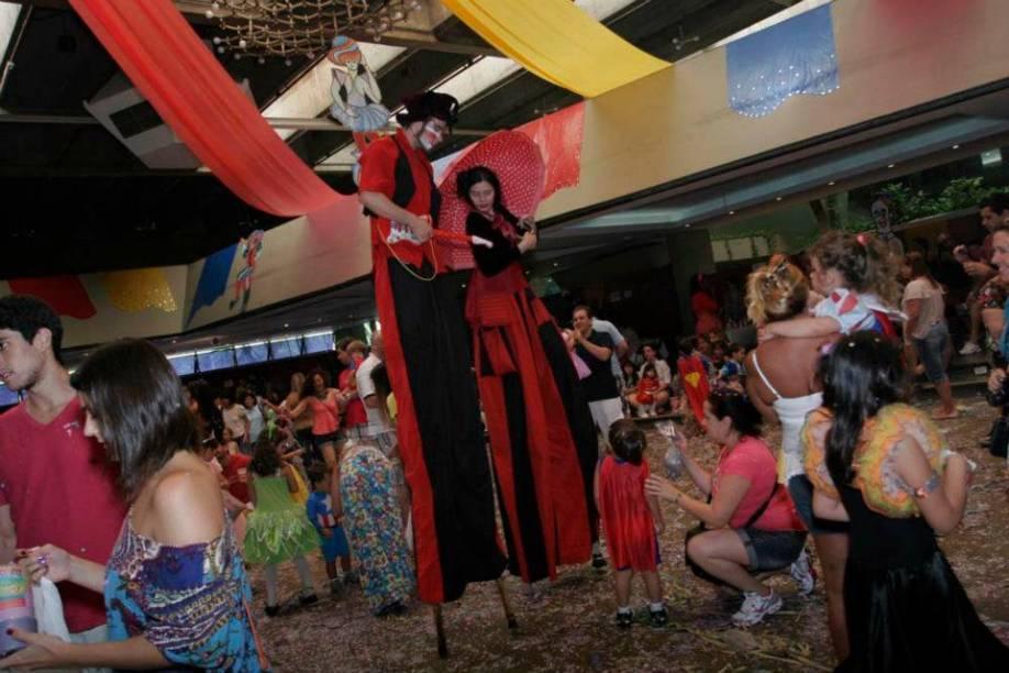 Festa à Fantasia: brincadeiras, desfile e a presença de um ator de <em>Carrossel</em>