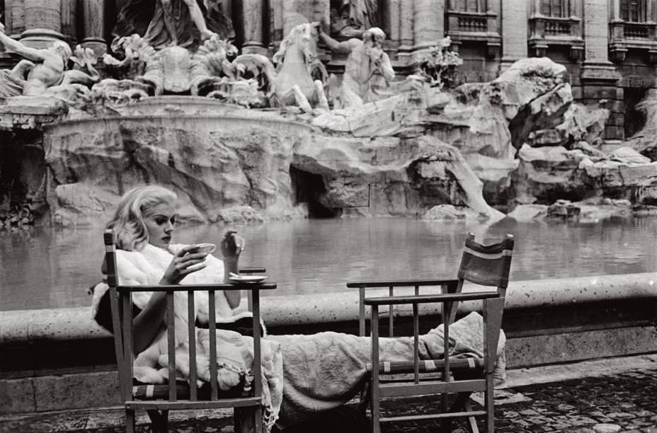 Anita Ekberg na exposição Tutto Fellini: a musa descansa durante a filmagem de A Doce Vida
