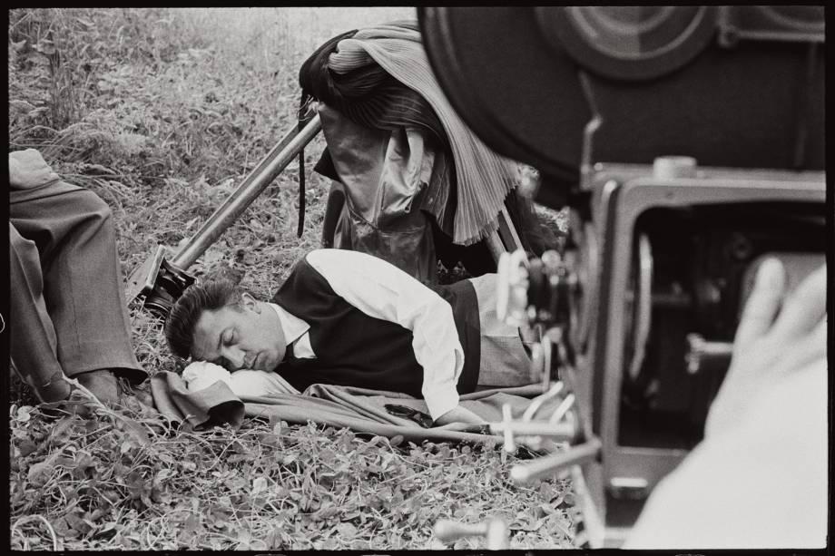 Federico Fellini durante a filmagem de A Doce Vida: imagem faz parte da exposição Tutto Fellini