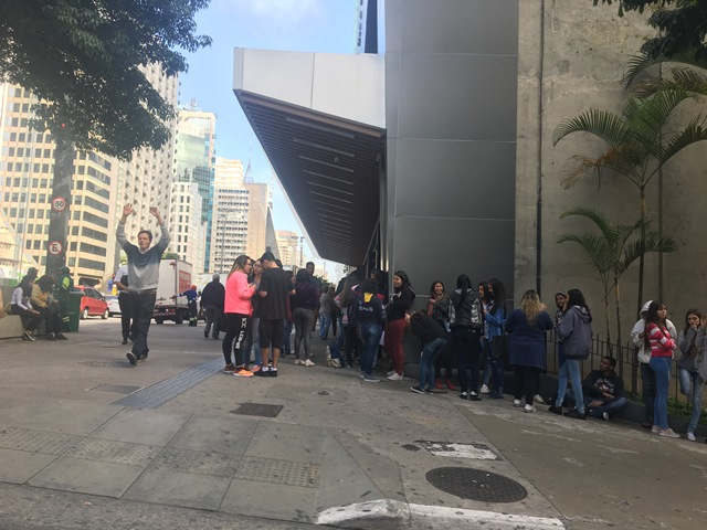 Fila na Avenida Paulista está tomando a calçada do outro lado da avenida também (Foto: Veja São Paulo)
