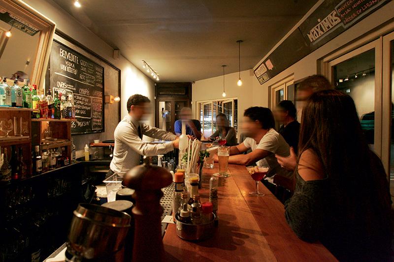 O barman Vinícius Apolinário em ação: drinques como o blu gin