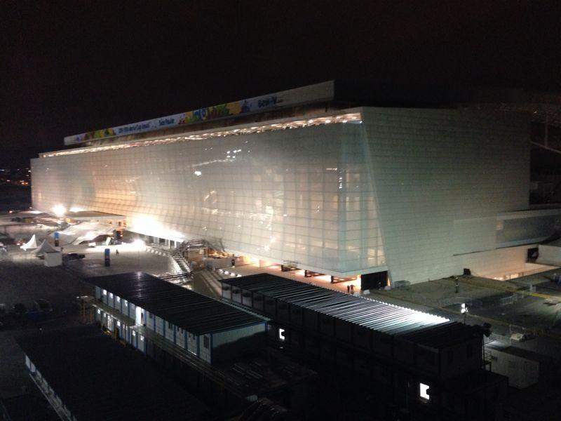 Iluminação interna na fachada Oeste permite ver dentro do estádio (Foto: Silas Colombo)