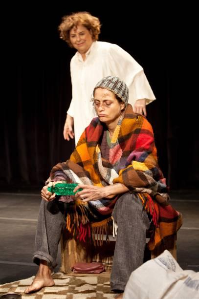 Cláudia Mello e Denise Fraga em cena da comédia<em> Chorinho</em>
