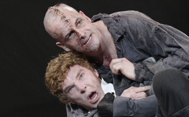 Jonny Lee Miller (a criatura) e Benedict Cumberbatch (doutor Frankenstein) em cena na peça