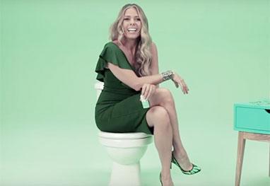 A apresentadora em cena na peça publicitária para um bloqueador de odores sanitários (Foto: Reprodução)