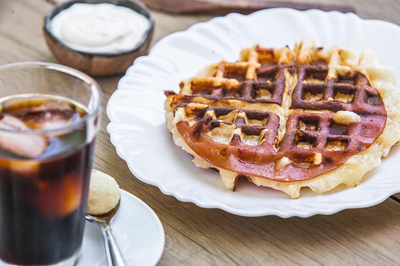 O waffle de queijo leva polvilho no lugar da farinha de trigo e pode ser incrementado com pernil