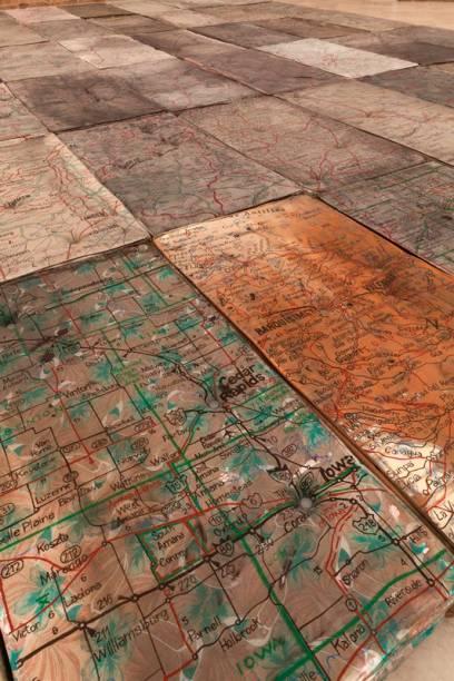 Detalhe da instalação Le Sacre, que traz mapas rodoviários desconexos em minicolchões