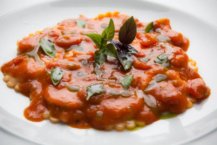 """Na linha """"quase estou de dieta"""", vá de ravióli de burrata ao molho de tomate e manjericão"""