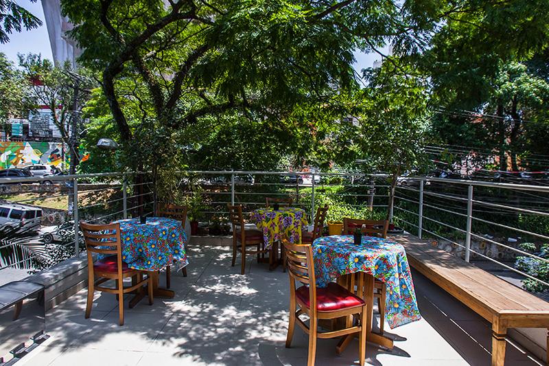 O café ocupa o terraço de um espaço destinado a cursos na Rua Aspicuelta