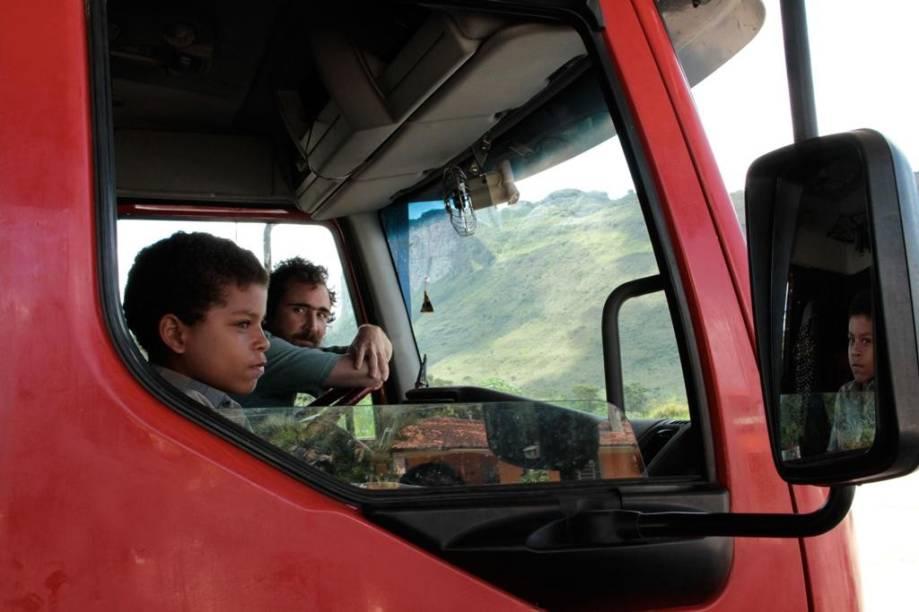 À Beira do Caminho: viagem de caminhão pelo Nordeste na companhia dos atores Vinicius Nascimento e João Miguel
