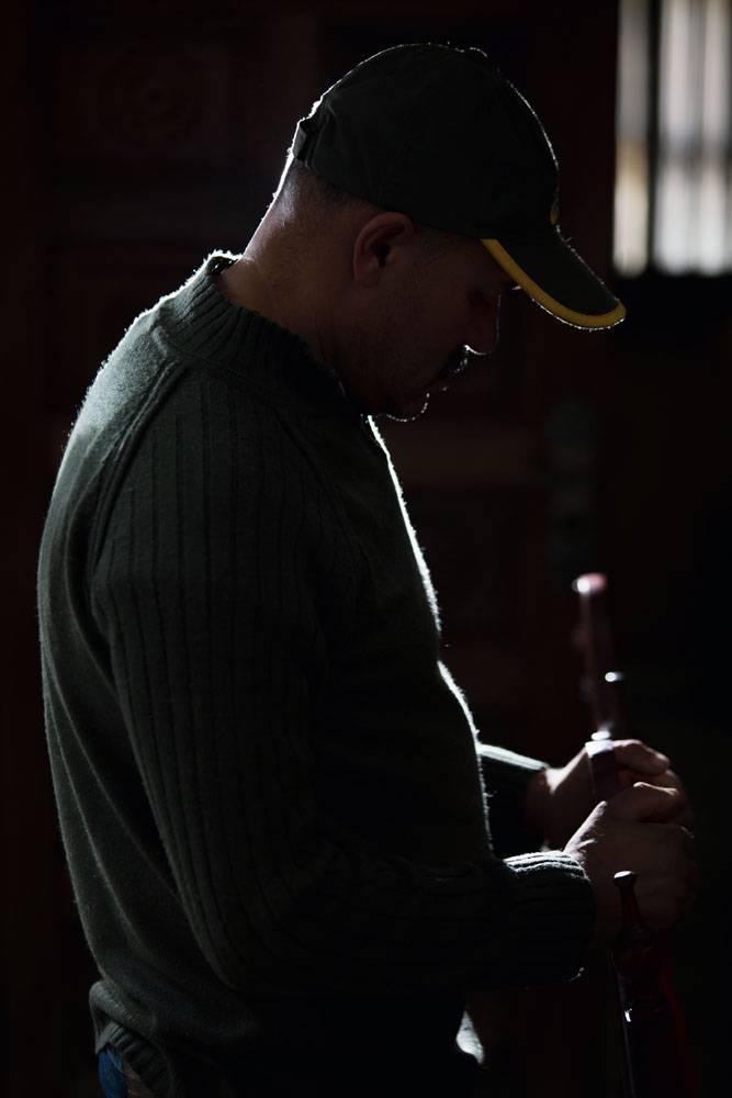 Imagem mostra homem de boné e blusa cinza, em foto escura feita para que o rosto dele não aparecesse