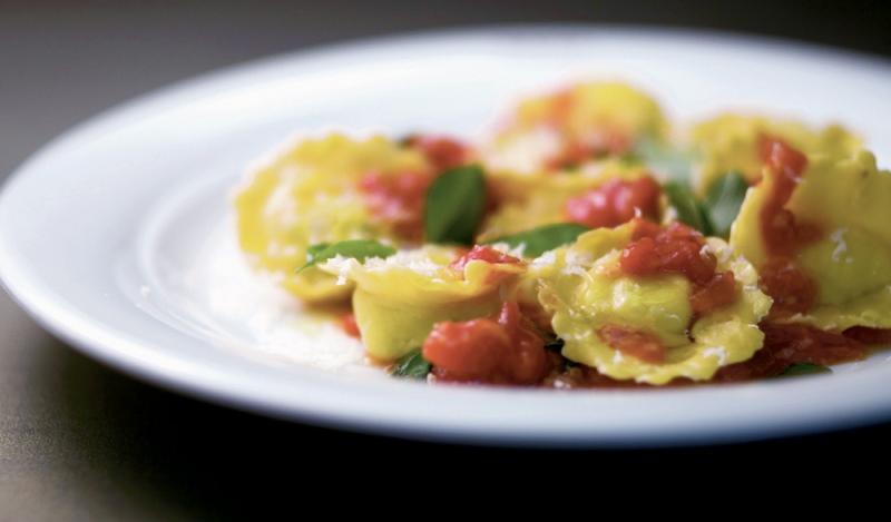 Ravioloni de mussarela de búfala com tomate fresco e manjericão