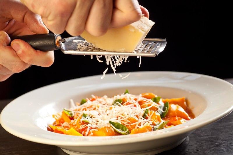 Raviolini de mussarela de búfala ao molho de tomate fresco e manjericão