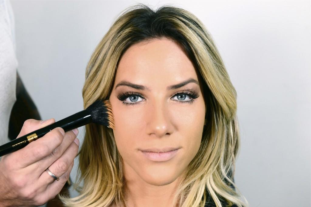 Aplique base para corrigir suavemente as imperfeições da pele, sem deixar excessos. O segredo é deixar uma camada bem fina de base, conferindo um a 'clean' à maquiagem.