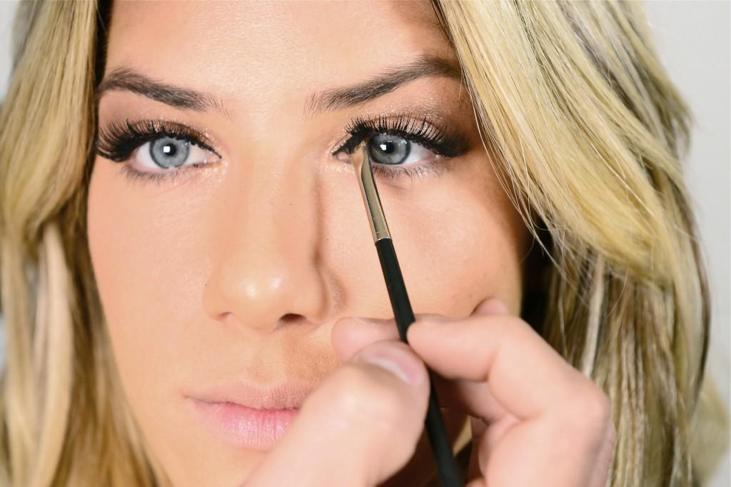 Em seguida, preencha o canto interno dos olhos na parte superior com um delicado delineado.