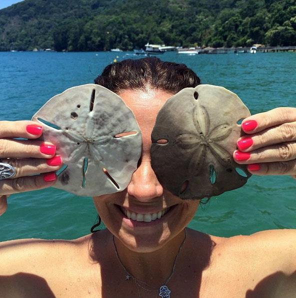 Giovanna Antonelli pegou duas estrelas do mar para tirar uma foto descontraída na praia (Reprodução/Instagram)