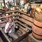 Bruno na adega subterrânea e sua predileção por vinhos italianos (Foto: Raul Junior)