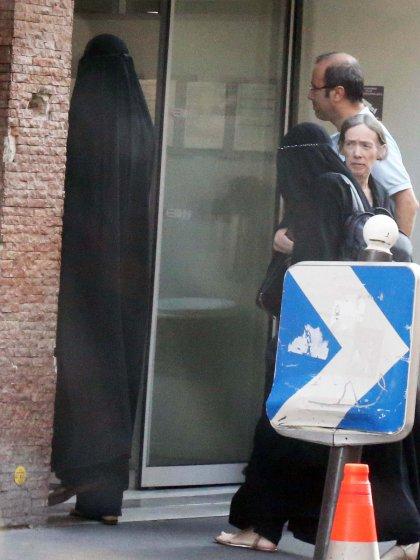 Entrando na clínica, a pessoa mais alta seria Gisele e, com a mochila preta, Rafaela.