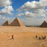 Com as pirâmides em campo, em Gizé, no Egito (Crédito: Caio Vilela)