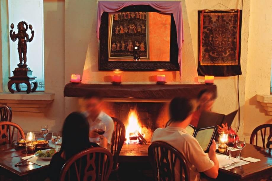 Salão do indiano Govinda: nos dias muito frios, uma lareira mantém os clientes aquecidos