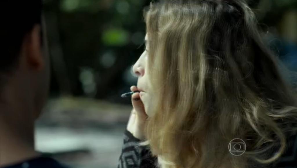Grazi fumando durante cena exibida na sexta, em Verdades Secretas (Foto: Reprodução)