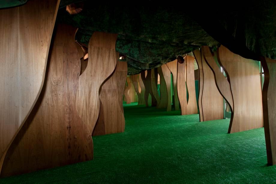 Na reprodução de uma floresta, há narrações dos contos nas vozes de artistas como Francisco Cuoco e Chico Sá