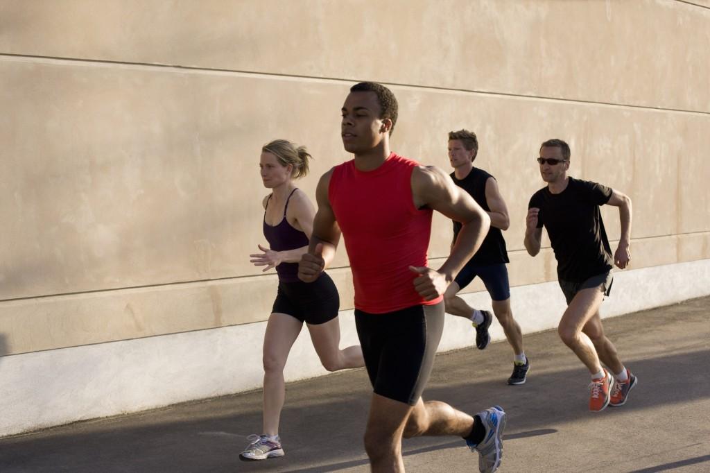 Fazer um grupo de corrida é uma boa forma de começar a praticar esporte. Crédito: Latinstok