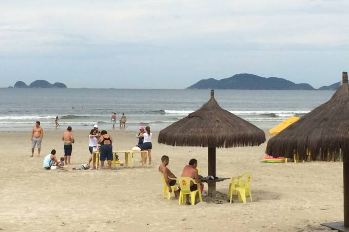 Turistas na praia da Enseada na manhã desta quarta-feira (Foto: Fábio Lemos Lopes)
