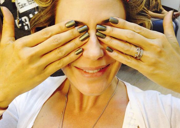 A atriz Guilhemina Guinle mostra o esmalte de sua personagem, Pia